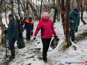 Экология: В Мурманске сотрудники МЧС очистили береговую зону озера Глубокое (ФОТО)