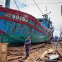 Поврежденная вьетнамская рыбацкая лодка, которая, как сообщается, была протаранирована и затоплена китайским кораблем в Южно-Китайском море на верфи Da Nang 2 июня 2014 года (STR / AFP / Getty Images)